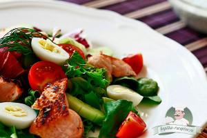 Салат с лососем, помидорами черри и перепелиными яйцами